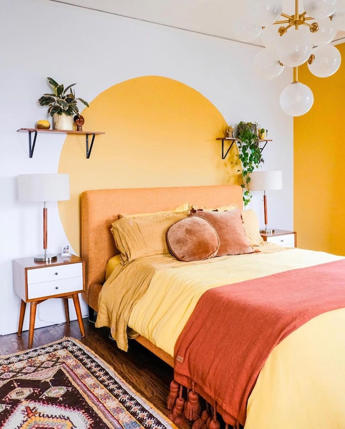 Jaune et blanc chambre à coucher adulte, inspiration tete de lit dessin cercle en jaune comme le soleil, couleur peinture chambre, idée comment peindre un mur