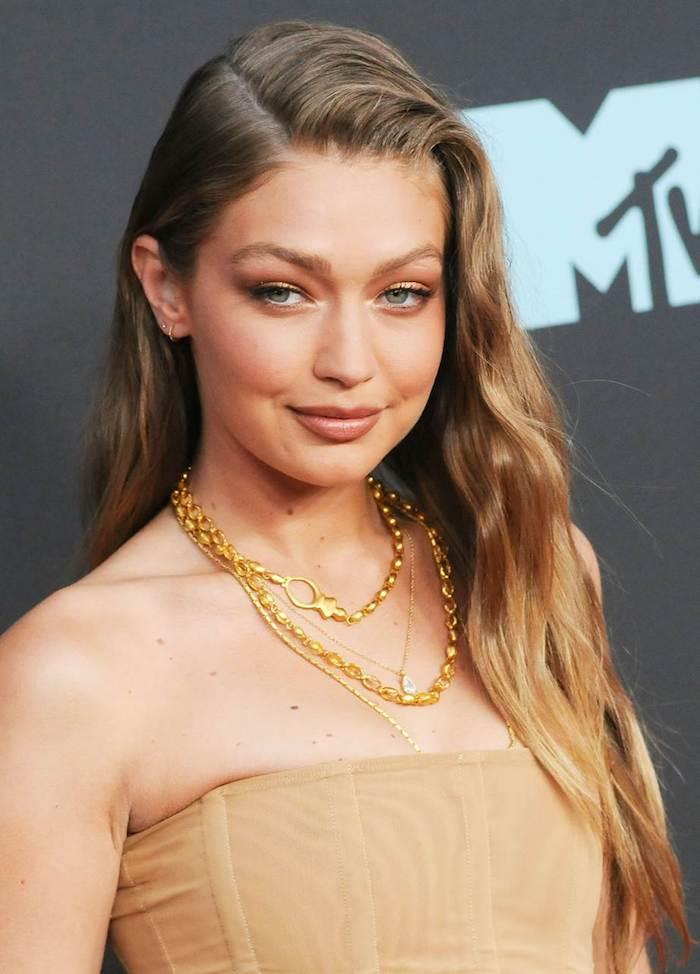 Cheveux longs Gigi Hadid style tapis rouge, coupe cheveux long, la meilleure tendance coiffure 2020, robe bustier dorée