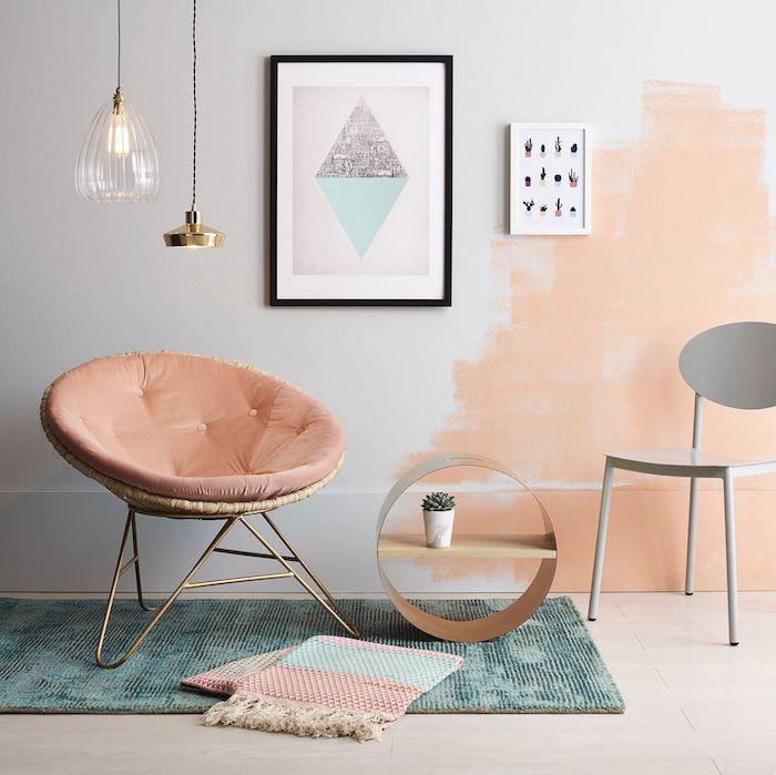 Mur semi peinte en orange claire sur gris-blanche peinture dans le salon moderne avec meubles scandinaves
