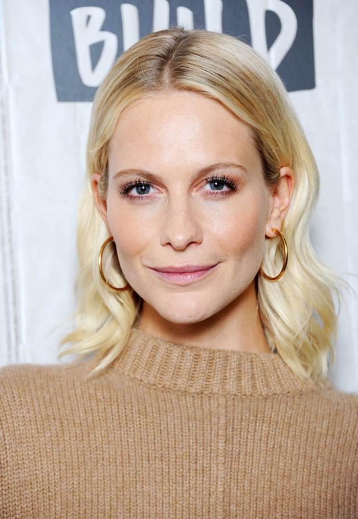 Femme blonde cheveux mi longs, idée comment porter un pull beige, maquillage yeux bleus, femme célèbre coiffure simple