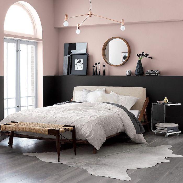 Lit double, tapis blanc, mur rose et noire chambre à coucher, peindre une chambre en deux couleurs, miroir rond