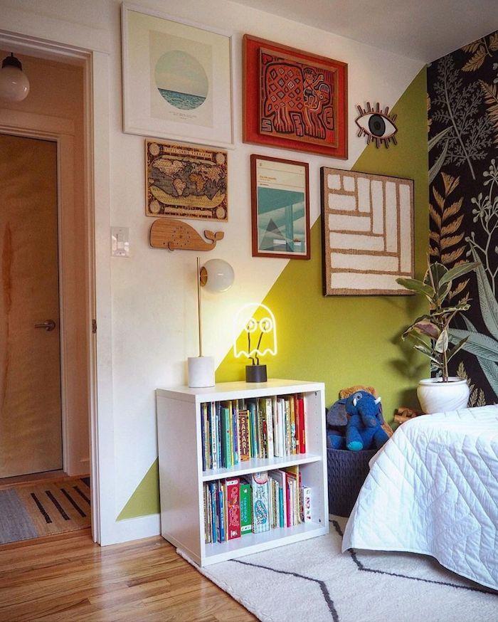 Chambre vert et blanc, pacman néon déco, mur avec papier peinte et mur bi couleur, inspiration deco chambre peinture, couleur chambre adulte