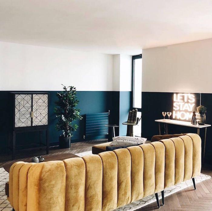 Canapé jaune rétro, couleur chambre parentale, idée couleurs qui s'associent bien, salon blanc et pétrole
