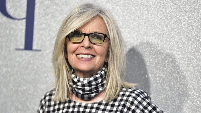 idée de coupe en dégradé cheveux blond polaire et mèches de longueur variées, coupe de cheveux court femme 60 ans avec lunettes