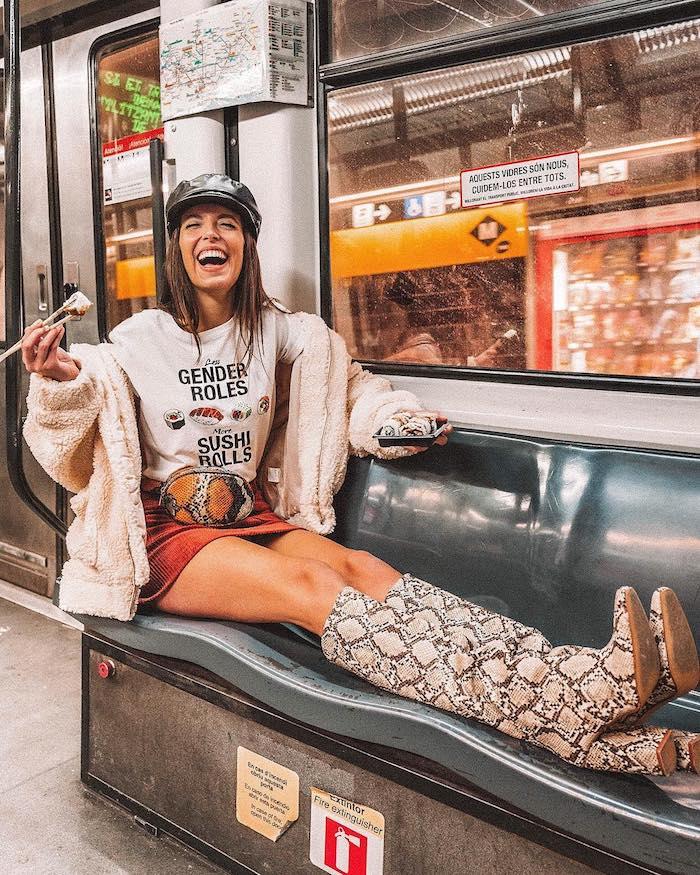 Marta Sierra tenue streetwear, la meilleure tenue hiver 2020 tendances, jupe courte et blouson sushi role