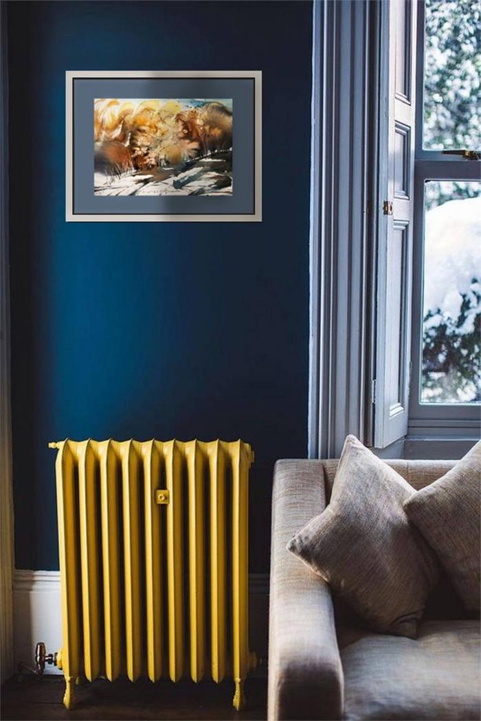 idée peinture chambre foncée de nuance bleu minuit, comment décorer une pièce sombre avec accents jaunes