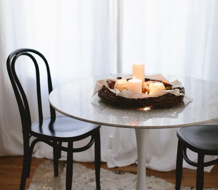 idée decoration noel table minimaliste, arrangement avec branches séchées et bougies facile à faire soi-même