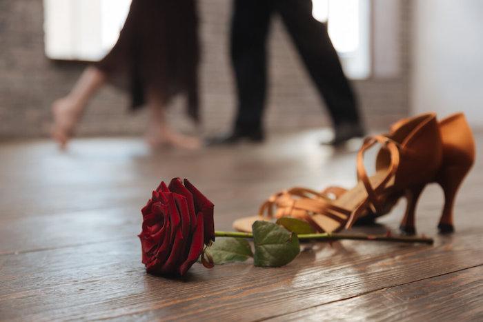 Classe de danse pour couples, cadeau bio, idée quel cadeau zéro dechet choisir, rose rouge sur le sol