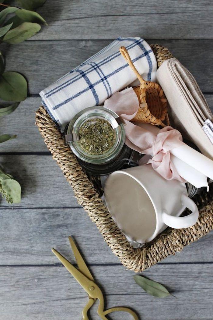 Basket rotin pleine de choses pour boire de thé en zéro déchet, cadeau eco responsable, cadeau zéro déchet responsable