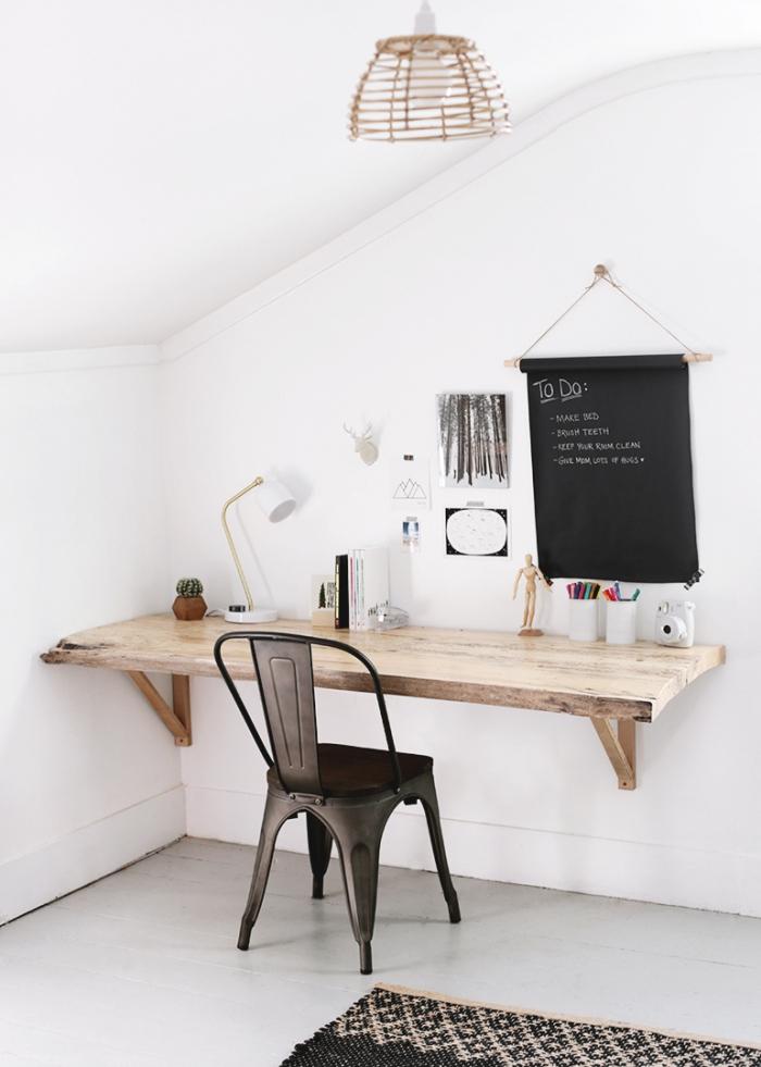 comment décorer une pièce sous comble de style minimaliste avec peinture blanche et meubles bois, modèle de bureau suspendu en bois