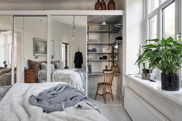 comment décorer une pièce à coucher avec petit coin de travail à domicile, idée meuble diy en forme de bureau avec rangement vertical