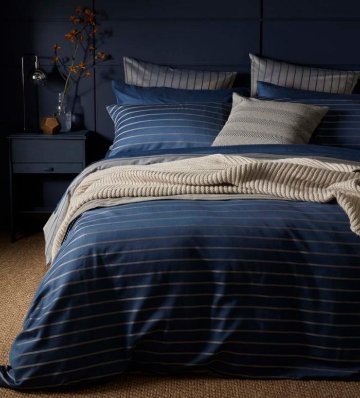 peinture bleu nuit dans une pièce masculine, comment décorer une chambre homme aux murs bleu minuit avec meubles foncés