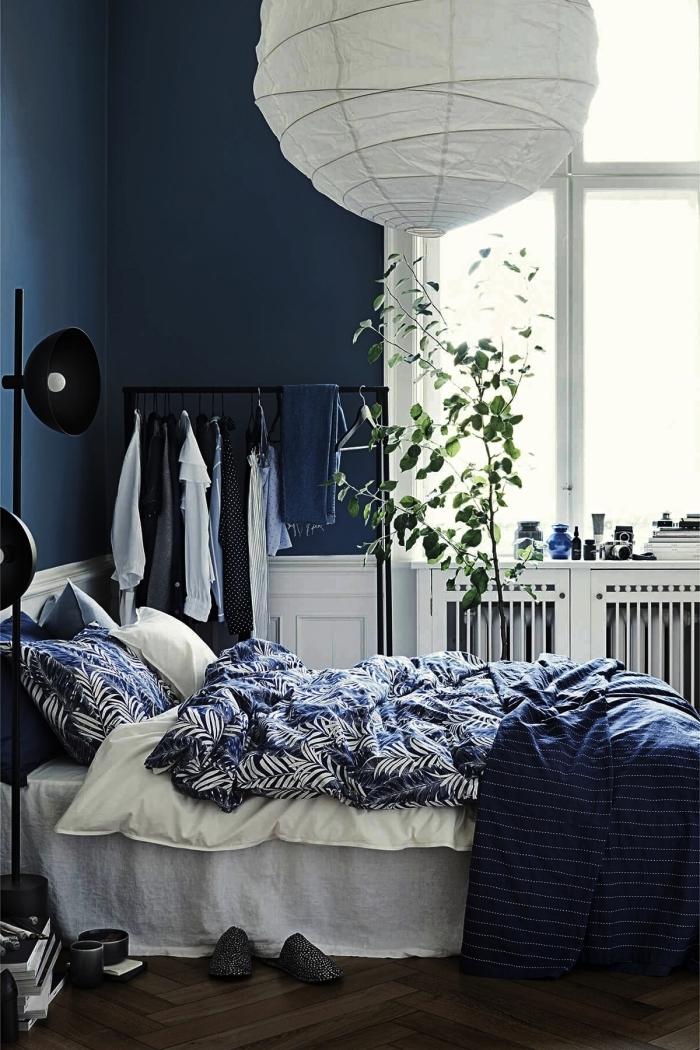 quelle peinture chambre adulte moderne, décoration chambre minimaliste aux murs bleu nuit avec meubles blancs