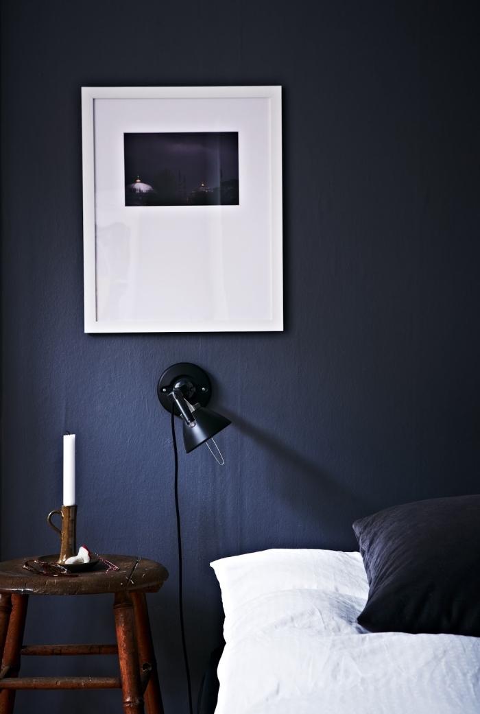 idée de peinture chambre adulte tendance 2019, décoration chambre à coucher en blanc et bleu minuit avec meubles bois marron foncé