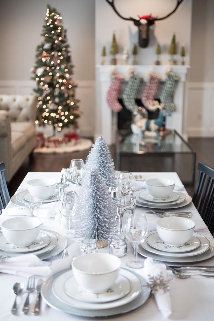 exemple comment arranger une table de Noël de style minimaliste avec nappe blanche et mini sapins de Noël argentés