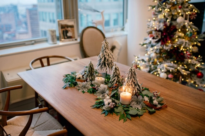 DIY deco table noel avec feuilles vertes et faux sapins, comment décorer une table de Noël de style rustique avec arrangement diy