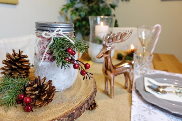 exemple de deco table noel a fabriquer facilement avec objets gratuits, rondelle de bois décorée de pommes de pin