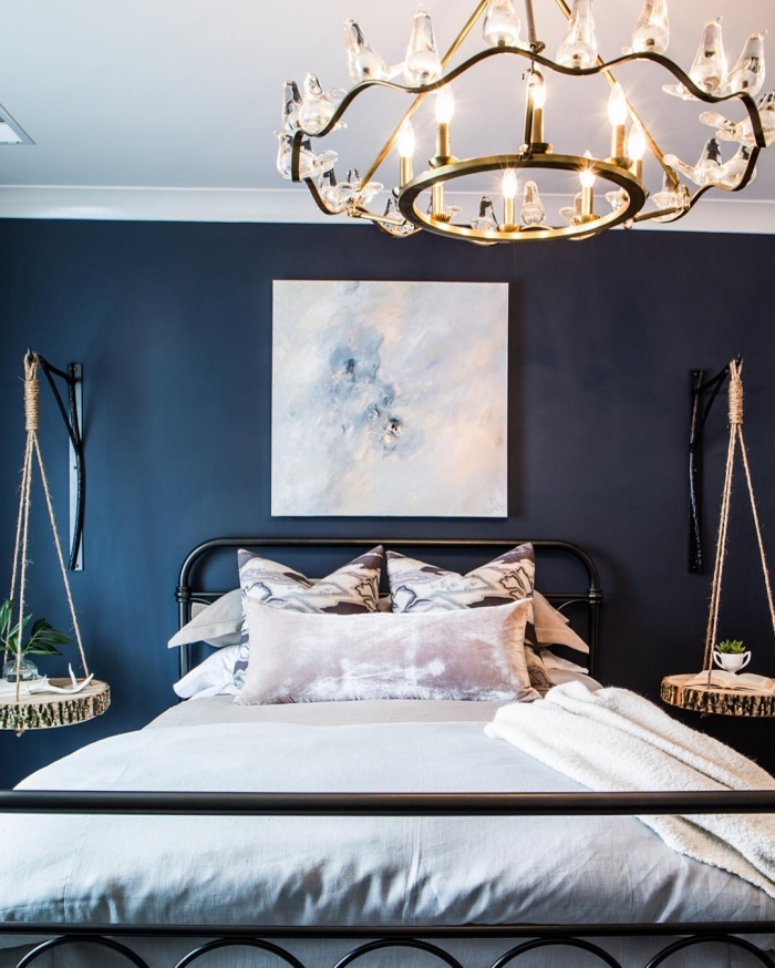 idée peinture chambre adulte 2 couleurs, décoration chambre aux murs foncés avec plafond blanc et objets effet marbre