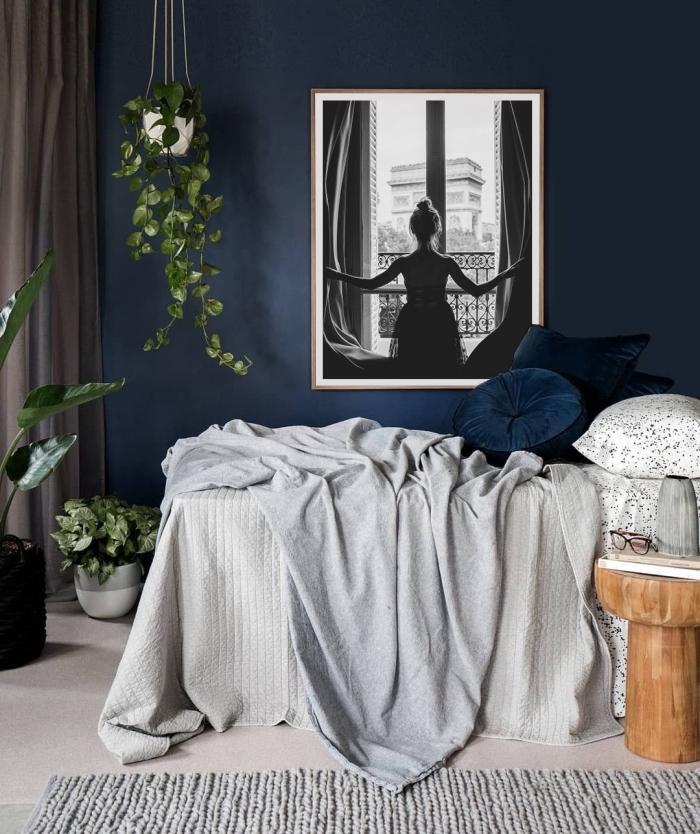 quelle nuance de bleu pour une chambre moderne, design chambre bleu foncé avec accessoires en nuances de gris