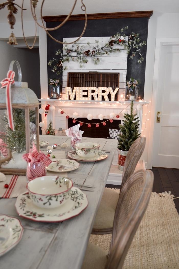 les plus belles tables de noel, déco de style rustique avec lanterne métal rempli de fausse neige et mini arbre Noël