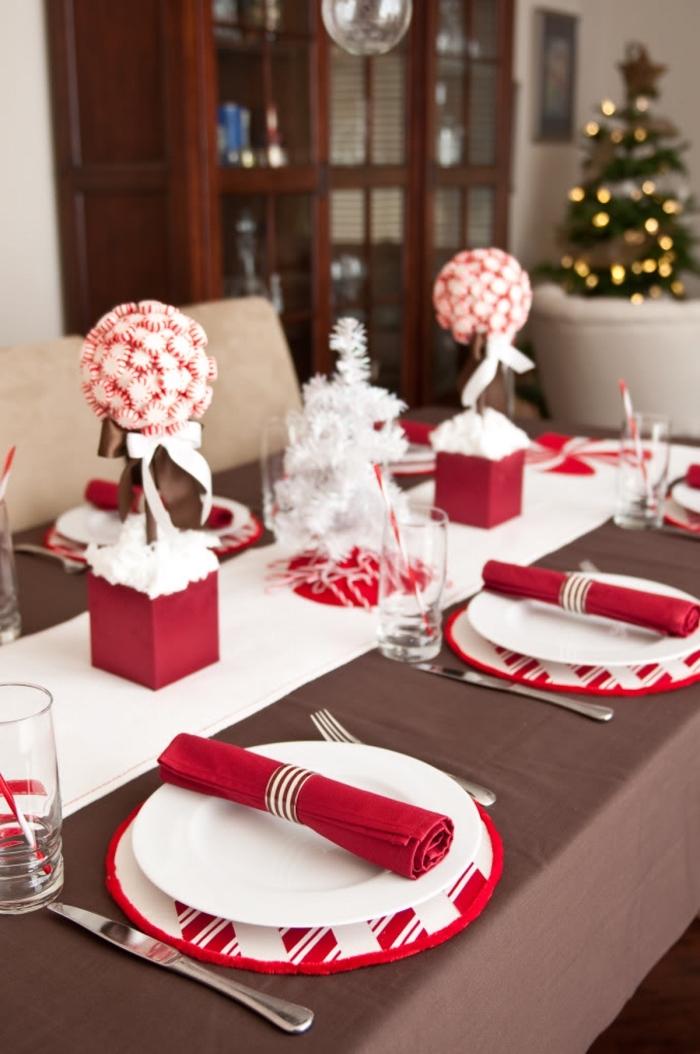 exemple de deco table noel chic en blanc et noir avec objets fait maison, comment décorer une table de Noël