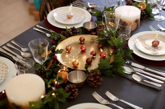 comment faire une jolie decoration noel table moderne, plateau doré rempli de boules de Noël et décoré avec branches vertes