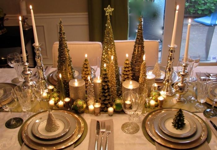 idée comment decorer sa maison pour noel, DIY déco de table avec figurines de sapin de tailles variées et bougies