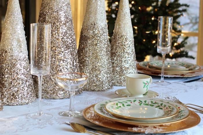 idee deco noel a faire soi meme avec cônes en polystyrène et peinture pailletée en or, centre table DIY avec arbres diy