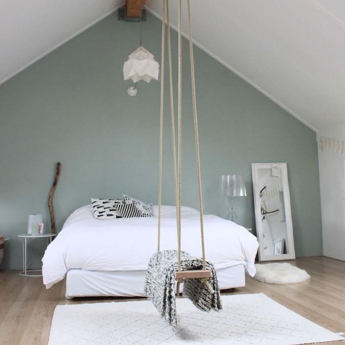 Chambre à coucher sous comble, balançoire dans la chambre, lit double, tapis blanc, peinture chambre adulte 2 couleurs, couleur chambre adulte