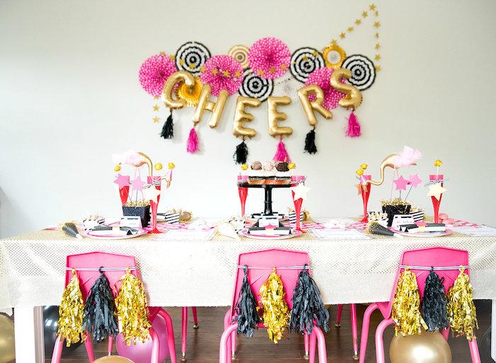 chaises décorées de pompons à franges, deco murale de ballons en forme de lettres et éventails de papier festifs pour la deco murale