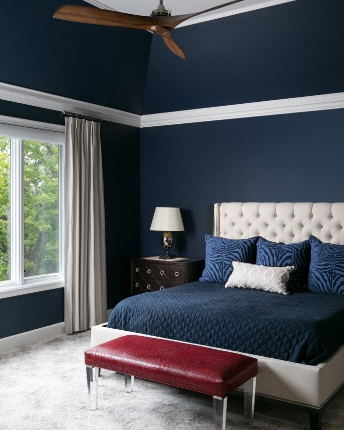 deco chambre adulte aux murs bleu foncé, design intérieur moderne, quelle couleur associer au bleu nuit dans une pièce à coucher