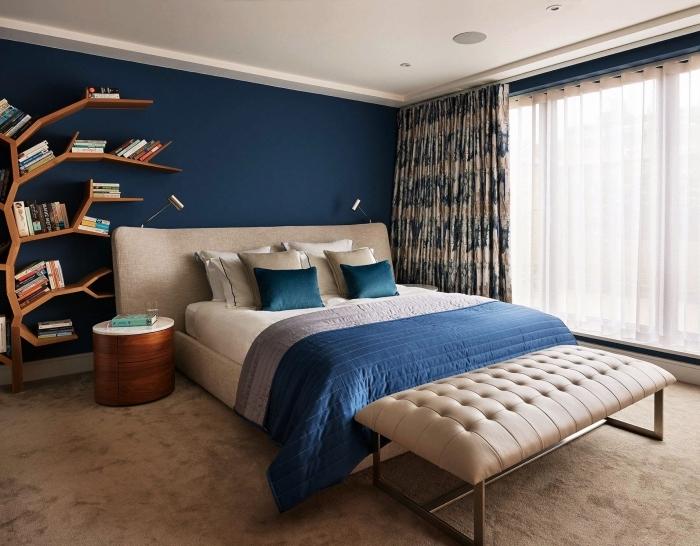 deco peinture chambre moderne aux murs bleu minuit et plafond blanc avec étagère bibliothèque en bois foncé