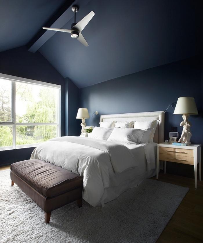 quelle couleur pour une chambre moderne, aménagement pièce sous combles aux murs et plafond en bleu marine