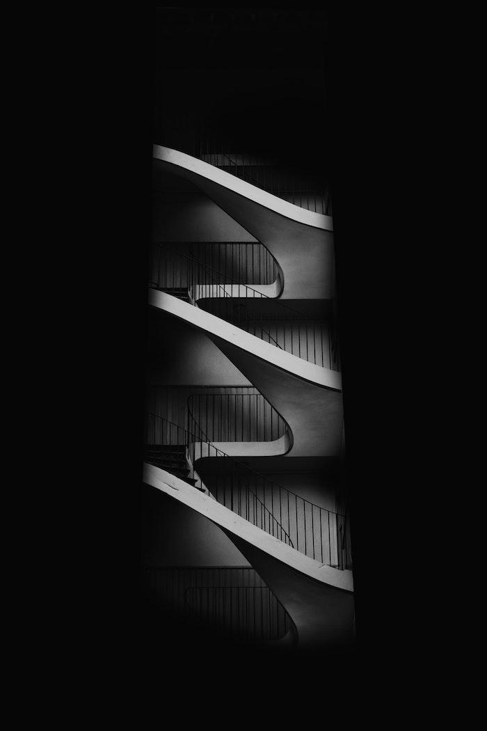 Escalier image fond d'écran noir, photographie noir et blanc artiste, belle photo stylée pour fond d'écran