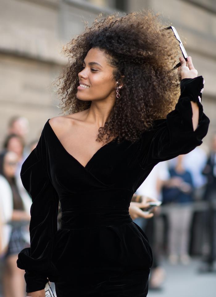 Cheveux crépus dfemme haute couture robe noire velours moulante, coupe au carré longue, tendance coiffure 2020, coupe de cheveux long femme