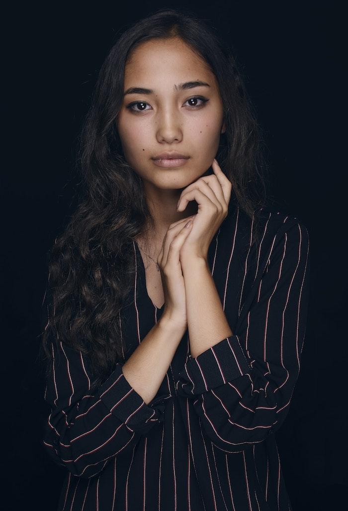 Femme en tailleur noir rayé, coupe courte femme 2019, coupe de cheveux long femme