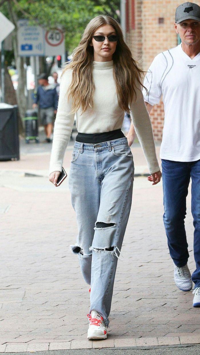 Gigi Hadid jean déchiré et pull col roulé, idée vetement sport femme, mode urbaine tenue tendance