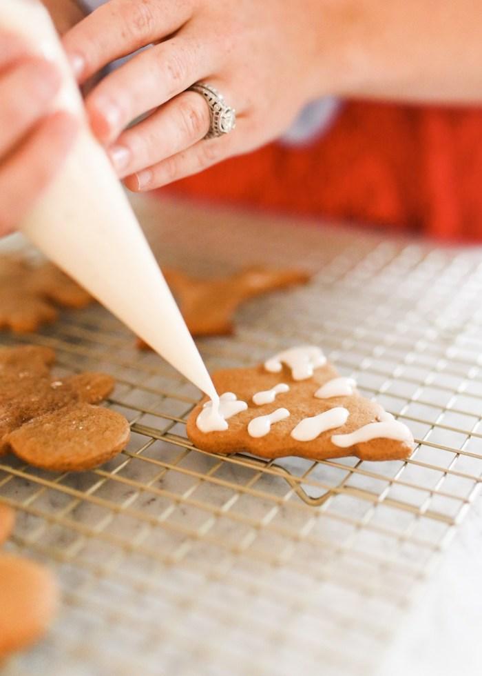 decoration glaçage royal pour decorer un biscuit pain d epice, recette sablés de noel