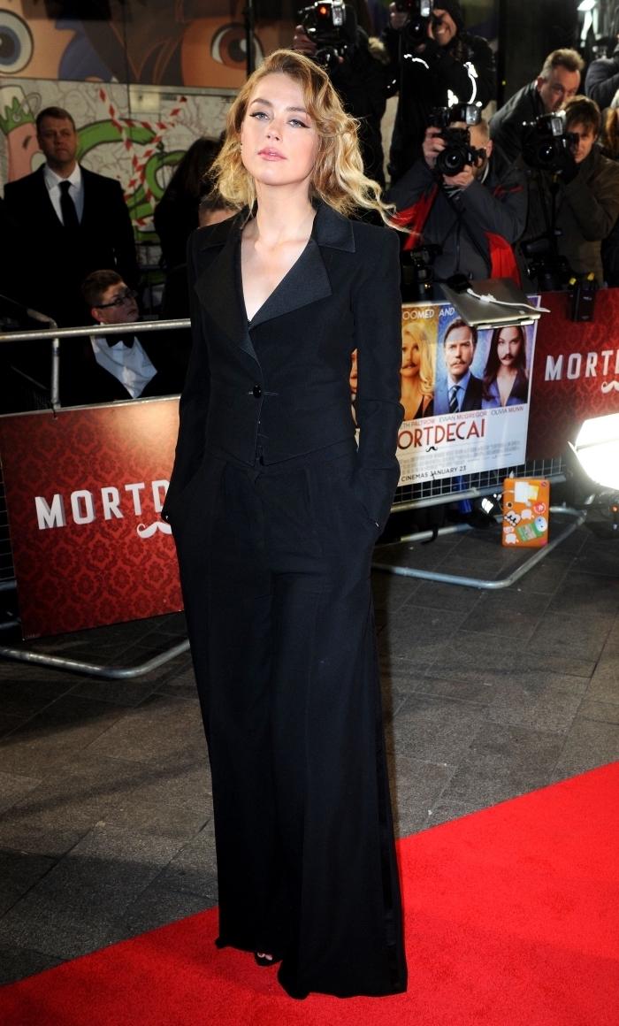 style vestimentaire femme élégante d'Amber Heard, idée tenue formelle pour une cérémonie en costume femme noir