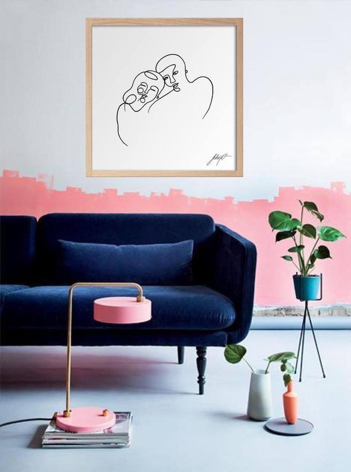 Canapé bleu canard, mur blanche demi peinte en rose, plantes vertes, comment peindre une chambre, design intérieur couleur mur chambre