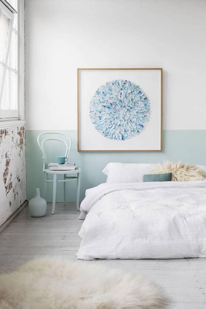 Peinture abstrait cercle dans carde carré, lit blanche, mur blanc et bleu, comment disposer les couleurs de peinture dans une pièce