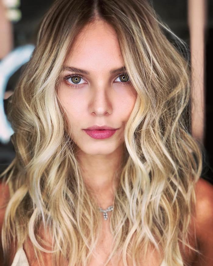 Longs cheveux ondulés, balayage blonde sur brune, coupe de cheveux femme 2020, modele coiffure femme