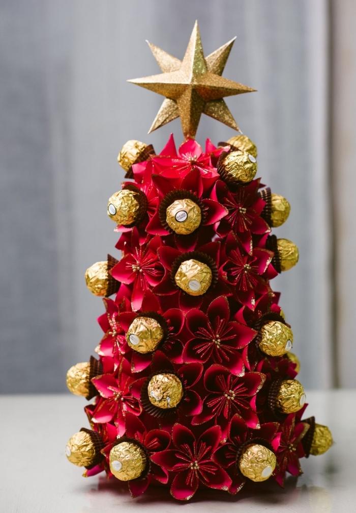 comment décorer une table de Noël avec mini arbre de Noël réalisé avec bonbons et fleurs en papier rouge fait main