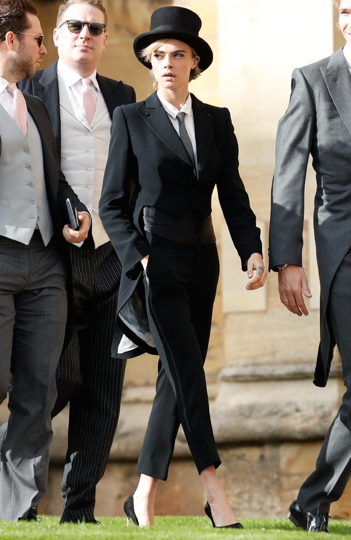 modèle de tailleur pantalon femme noir avec blazer coupe asymétrique long arrière court devant, look femme classe en noir et blanc