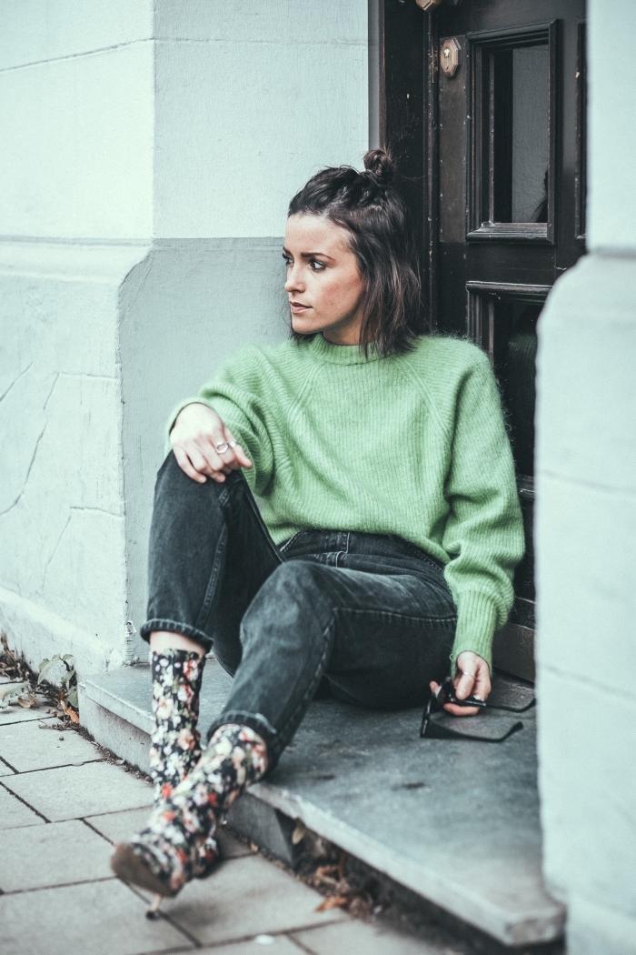 quelle couleur tendance assortir avec une paire de jeans foncés, tenue chic en pull stylé vert pastel avec bottes fleuris