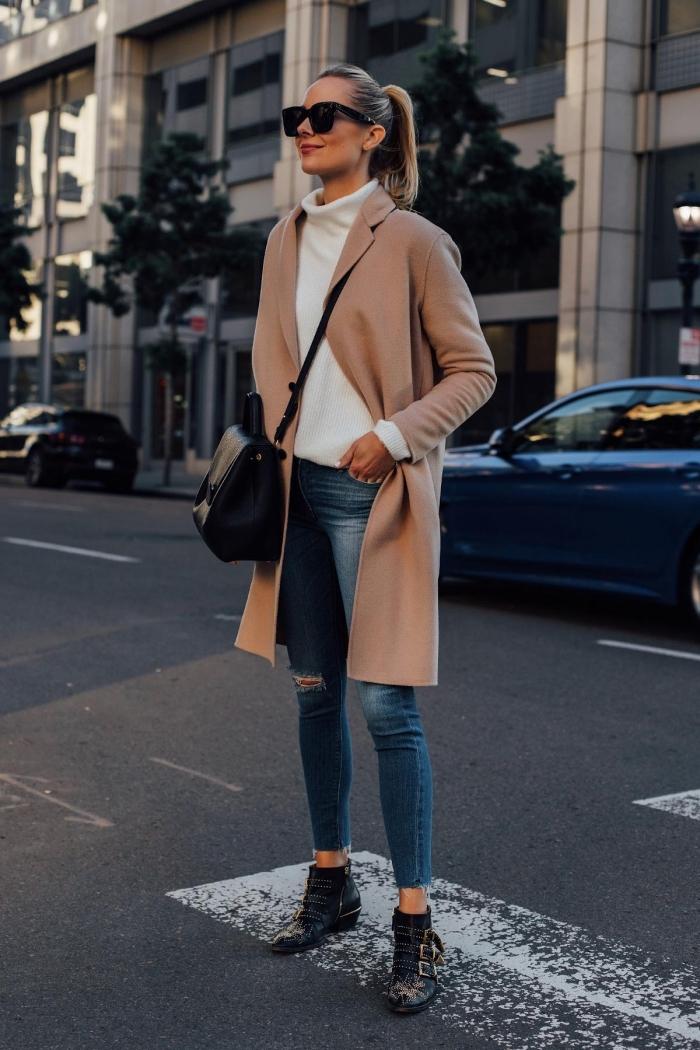 vision femme casual chic en jeans fit et pull-over col roulé blanc, modèle de manteau élégant mi long de nuance beige