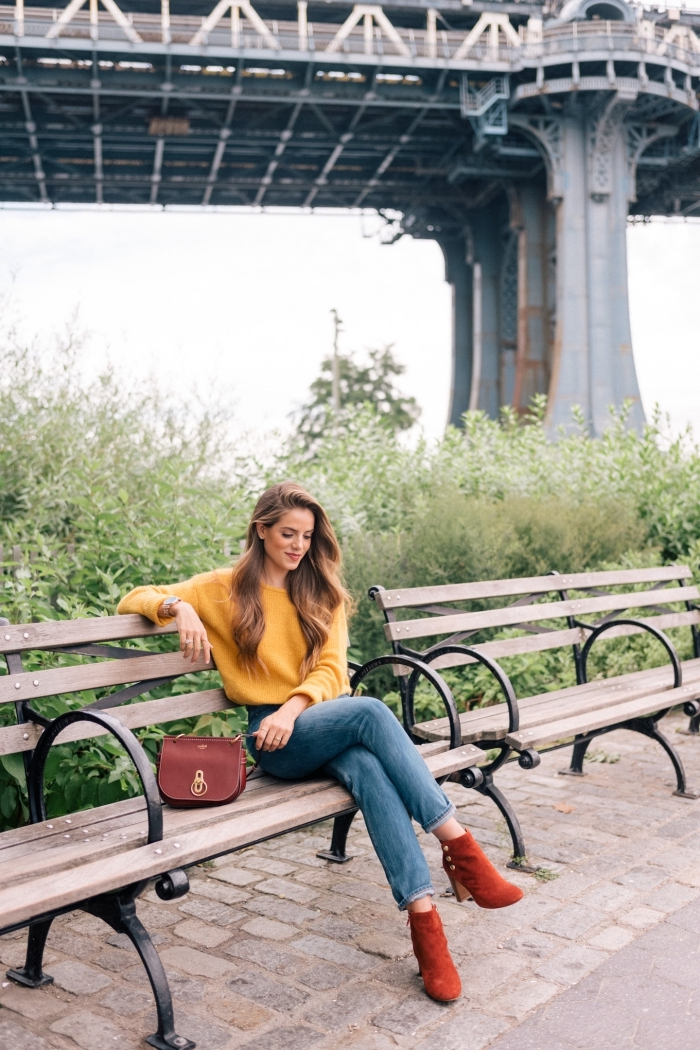 comment porter un pull laine femme de couleur jaune moutarde avec jeans et bottines en velours de nuance orange