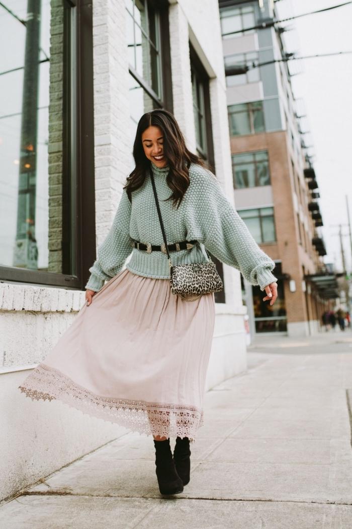 tenue stylée femme d'hiver en pull oversize de nuance menthe avec ceinture noire combiné avec jupe longue