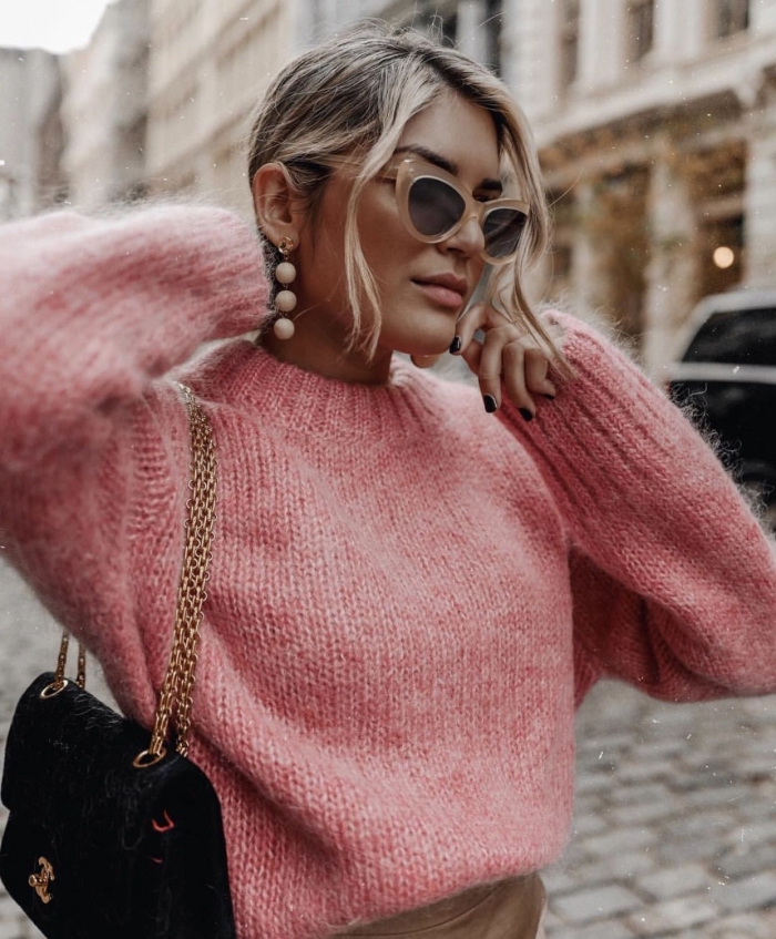 look class, en pull femme chic et original de nuance rose combinée avec jupe beige et accessoires lunettes de soleil tendance