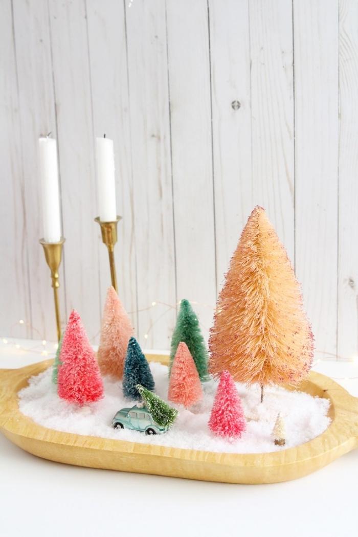 deco de noel a faire soi meme avec figurines de sapins de tailles différentes, plateau bois rempli de fausse neige